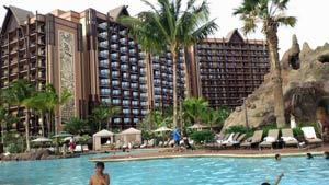 プールから見て左がホテルトウ棟のラニワイタワー